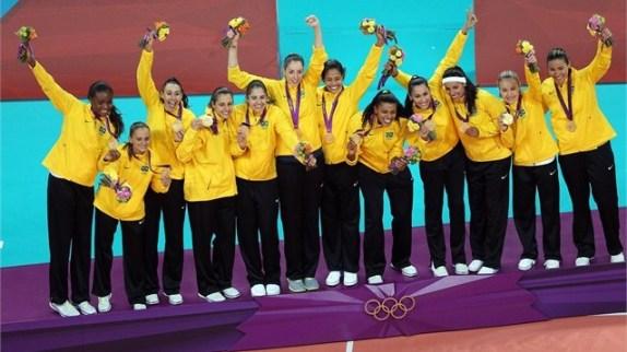 Tim-Putri-Brazil-di podium-dengan-medali-emasnya