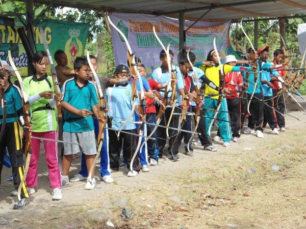 Pemanah mengikuti lomba panahan yang diselenggarakan di lapangan Sepak Bola Desa Lebo, kecamatan Sidoarjo, Minggu (25/11/2012). Lomba panahan ini diselenggrakan dalam rangka Pekan Olahraga Kabupaten Sidoarjo, yang tidak saja sebagai ajang melatih kemampuan pemanah, namun sekaligus mempersiapkan atlit panahan yang berprestasi untuk diterjunkan di ajang Porprov se Jawa Timur ke empat di Madiun.